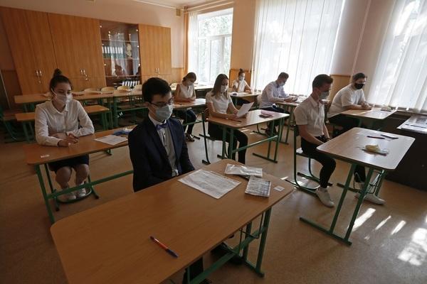 Выпускников снова ждут послабления на экзаменах, и опять виновата пандемия