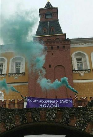 Девушкам, пытавшимся у стен Кремля