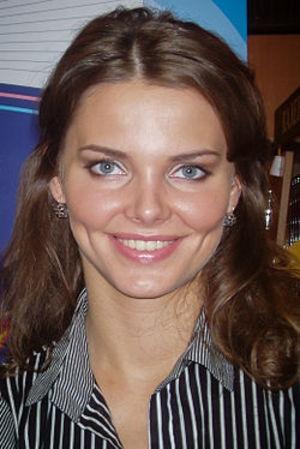 Елизавета Боярская опубликовала фото с пикантным декольте