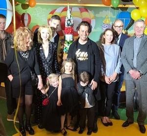 Алла Пугачева пришла на день рождения внучки в образе юной девушки