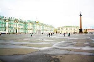 Голый мужчина пробежался по Дворцовой площади в Петербурге