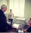 Губернатор Петербурга подарил пострадавшей в теракте девочке планшет