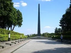 Дипломатам из России не дали возложить цветы к памятнику Неизвестному солдату в Киеве