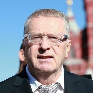 Промокший под дождем Жириновский предложил разогнать Мосгидромет