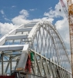 Строители начали устанавливать железнодорожную арку Крымского моста