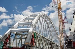 Под железнодорожной аркой Крымского моста прошло первое судно