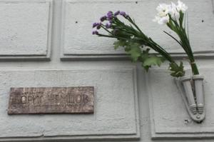 Венедиктов показал ту самую табличку в честь Немцова, которую сочли незаконной