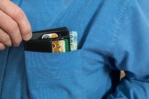 Россиянам запретят снимать деньги с анонимных электронных кошельков и карт