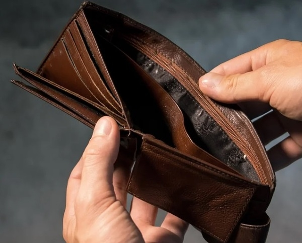 Почти двум третям молодых семей хватает денег только на еду и одежду