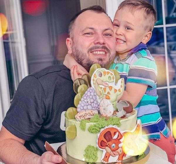 Сынишка Сумишевского впервые после страшной аварии встретил день рождения без мамы, но с папой