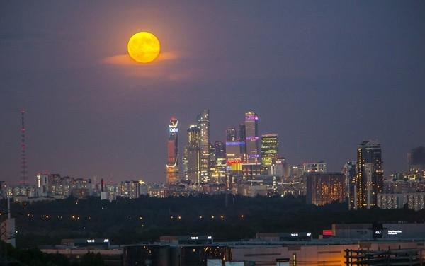 Жителям Усть-Кута власти разрешили посмотреть на Луну в телескоп, но потом передумали