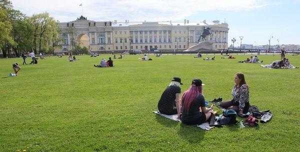 Майские выходные в нескольких регионах страны решили продлить еще, в Кремле удивились
