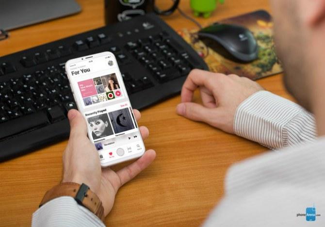 Apple представила iPhone 8 сOLED-дисплем