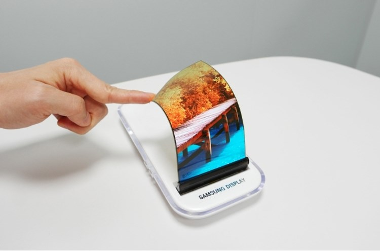 Самсунг показала, как сворачивается гибкий дисплей — Впечатляющее видео